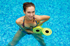 Fille dans la forme physique d'aqua aérobie Image stock
