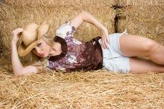 Fille dans la grange Photo stock