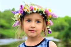 Fille dans la guirlande Photo libre de droits