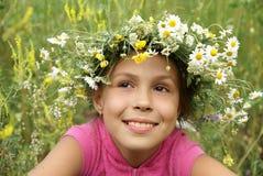 Fille dans la guirlande de fleur de zone Image libre de droits