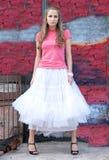 Fille dans la jupe blanche et le T-shirt rose Images libres de droits