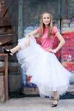 Fille dans la jupe blanche et le T-shirt rose Photographie stock libre de droits