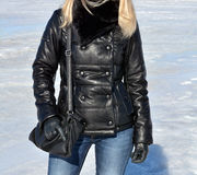 Fille dans la jupe en cuir noire Photo libre de droits