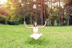Fille dans la lévitation de méditation de yoga photographie stock libre de droits