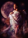 Fille dans la lueur ensanglantée de la lune Image libre de droits