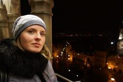 Fille dans la nuit Prague image stock
