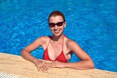 Fille dans la piscine Images stock