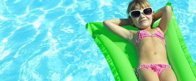 Fille dans la piscine Photo stock