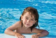 Fille dans la piscine Photographie stock