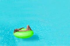 Fille dans la piscine Photographie stock libre de droits