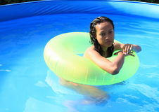 Fille dans la piscine Photo stock