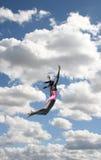 Fille dans la plongée de maillot de bain en ciel Image libre de droits