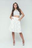 Fille dans la pose blanche de studio de jupe romantique Image stock
