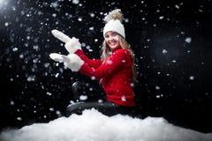 Fille dans la première neige appréciant l'hiver photos libres de droits