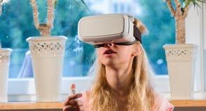 Fille dans la réalité virtuelle Image stock