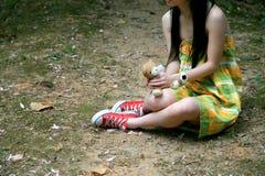Fille dans la robe avec l'ours de nounours Photographie stock libre de droits