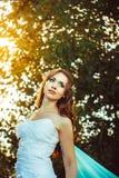 Fille dans la robe blanche dans la forêt Photographie stock