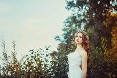 Fille dans la robe blanche dans la forêt Photos stock
