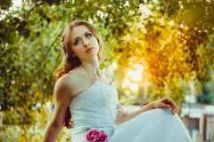 Fille dans la robe blanche dans la forêt Images stock