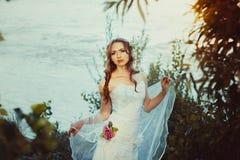 Fille dans la robe blanche près de la rivière Photos stock