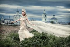 Fille dans la robe blanche sur le fond de l'église images libres de droits