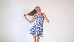 Fille dans la robe colorée posant des expositions la direction de banque de vidéos