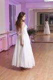 Fille dans la robe de mariage Photo stock