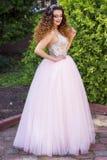 Fille dans la robe de mariage rose photographie stock libre de droits