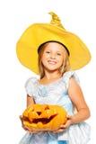 Fille dans la robe de princesse avec le potiron de Halloween Photos libres de droits