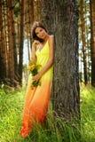 Fille dans la robe et l'grande aunée jaunes Photo libre de droits