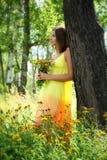 Fille dans la robe et l'grande aunée jaunes Image libre de droits