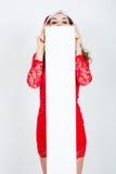 Fille dans la robe et le chapeau rouges de Santa avec les bannières blanches vides Images libres de droits