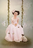 Fille dans la robe et le chaton roses Images libres de droits