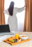 Fille dans la robe longue blanche de serviette éponge Photos libres de droits