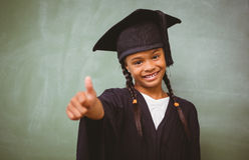 Fille dans la robe longue d'obtention du diplôme faisant des gestes des pouces  Photographie stock
