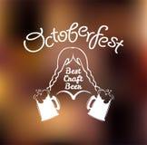 Fille dans la robe nationale avec la tasse de bière Tasse de bière d'Oktoberfest La meilleure bière de métier Illustration de vec Photographie stock libre de droits