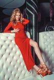 Fille dans la robe rouge images stock