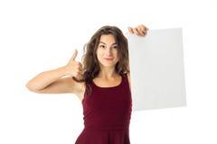 Fille dans la robe rouge avec la plaquette blanche images stock