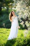 Fille dans la robe rouge dans le jardin Photos libres de droits