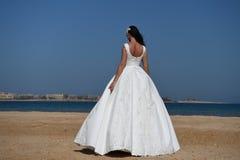 Fille dans la robe sur le ciel bleu en mer Photos libres de droits