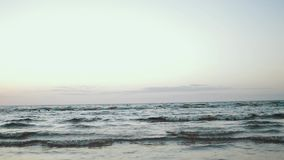 Fille dans la robe vert-foncé fonctionnant sur l'eau sur la côte Photoshoot Éclaboussure Mer banque de vidéos
