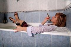 La fille dans une salle de bains avec un vin rouge en for Un gars une fille dans la salle de bain