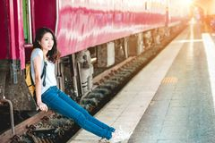 Fille dans la station de train Photo stock
