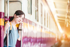 Fille dans la station de train Image stock