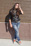 Fille dans la veste en cuir et des jeans Images libres de droits