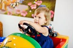 Fille dans la voiture Photos libres de droits