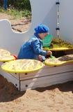 Fille dans le bac à sable Image stock