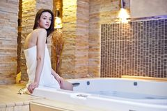 Fille dans le baquet chaud Photos stock