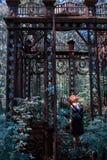 Fille dans le belvédère sur le cimetière juif Image stock