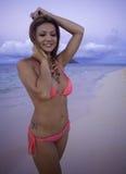 Fille dans le bikini à la plage Images libres de droits